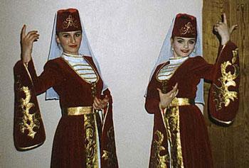 Изображение картули - это традиционная женская одежда на Кавказе, а конкрет